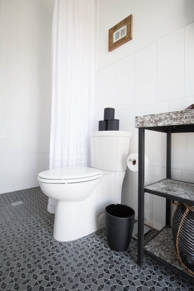 koa-house_pool-bathroom-gatsby-tile-white-2