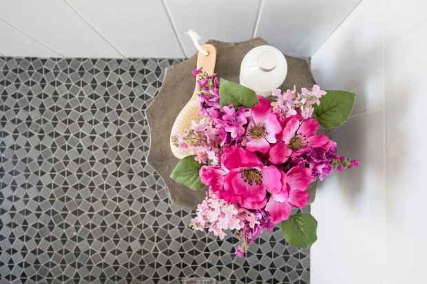 koa-house_pool-bathroom-gatsby-tile-white-wall-cement-table_